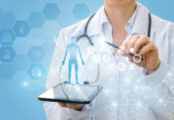 Un médecin pratique la télémédecine grâce à sa tablette