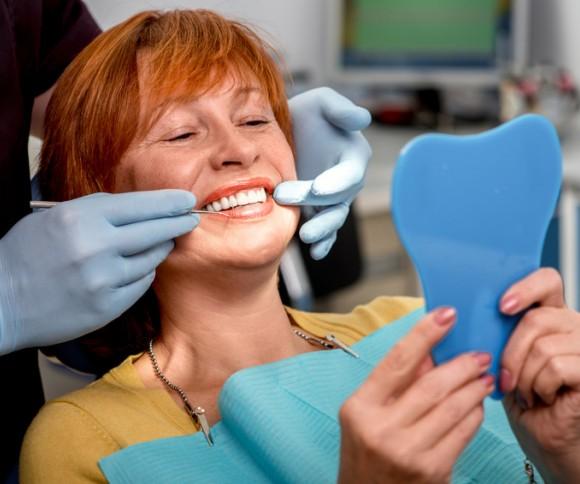 Femme accède aux soins dentaires grâce au zéro reste à charge